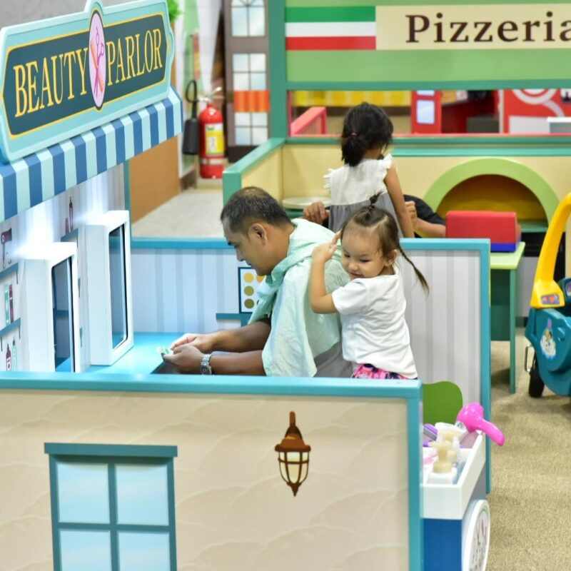dad play with daughter at kidzooona beauty salon roleplaytown